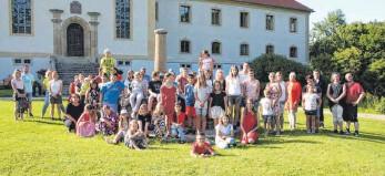 ?? FOTO: HEINZ THUMM ?? Gruppenfoto bei der Abschlussfeier der Klasse 4 der Münsterschule im Schlosspark Ehrenfels.