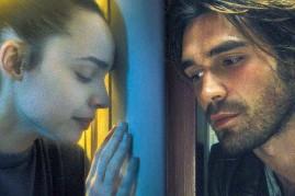 ??  ?? Sara (Sofia Carson) / Nico (KJ Apa) y Piper y William Griffin (Demi Moore) y Bradley Whitford): dos parejas prisioneras del virus.