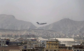?? WALI SABAWOON AP ?? A U.S military aircraft takes off at the Hamid Karzai International Airport in Kabul, Afghanistan, Saturday. The massive U.S.-led airlift was winding down Saturday ahead of a U.S. deadline to withdraw from Afghanistan by Tuesday.
