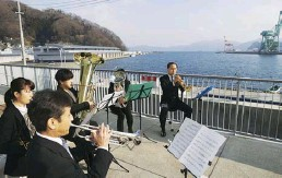 ??  ?? survived the tsunami in Ishinomaki; an amateur band performs a memorial concert earlier this month