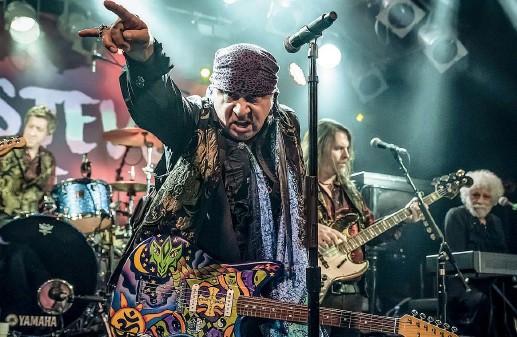 ??  ?? Sul palco Steven Van Zand, 67 anni, conosciuto come Little Steven, chitarrista della E-Street Band: nei ritagli di tempo dai suoi impegni con il Boss suona (fin dagli anni Ottanta) con i Disciples of Soul. Ora è in uscita «Macca to Mecca», cd e dvd sul loro concerto del 2017 al Cavern Club di Liverpool