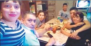 ?? FOTOS: GZA. GARCÍA GODOY ?? FAMILIA. Miguel y Alejandra compartían la mesa con Belén, Marcos, Miguel Ángel y Diamela.