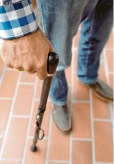 ??  ?? Bei MS kommt es vor allem zu Bewegungsstörungen. Viele Patienten benötigen einen Stock beim Laufen, im schlimmsten Fall einen Rollstuhl. Symbolfoto: Caroline Seidel, dpa