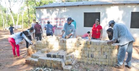 ??  ?? Los pobladores trabajan en la habilitación de la entrada para ambulancias, tal como pide el Ministerio de Salud Pública.