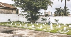 ??  ?? A caretaker cleans graves at the Thiaroye Military Cemetery and Memorial.