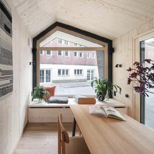 ??  ?? Links Große Glasflächen fluten das Haus mit jeder Menge Tageslicht. So wirkt es optisch größer. Unten Vorvergrautes Fassadenholz und ein Zink-Satteldach kennzeichnen den Bau.