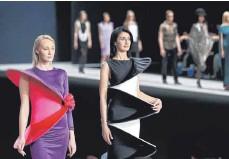 ?? FOTO: YURI KOCHETKOV/DPA ?? Models präsentieren Kreationen von Pierre Cardin auf der Moscow Fashion Week im Jahr 2016.
