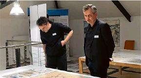 ?? Foto: Mara Kaemmel ?? Spannende Originale: Kai Drewes (r.) steht vor den Entwürfen der Stalinallee und dem Berliner Zentrum von Egon Hartmann, die in der Ausstellung des IRS präsentiert werden.