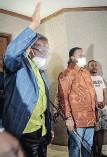 ?? MOTSHWARI MOFOKENG African News Agency (ANA) ?? PRINCE Mangosuthu Buthelezi accompanied by the newly elected Zulu King Misuzulu Zulu. |