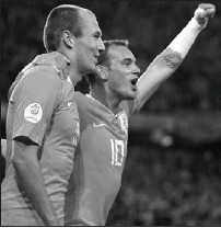 ?? PAUL ELLIS, AFP/GETTY IMAGES ?? Arjen Robben, left, and Wesley Sneijder celebrate after combining for a goal yesterday in a 4-1 victory by the Netherlands over France.