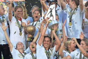 ?? STREETER LECKA/GETTY IMAGES ?? Abby Erceg celebrates with the NWSL championship trophy after the North Carolina Courage defeated the Chicago Red Stars 4-0.
