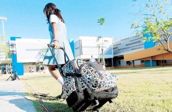 ??  ?? Según la denuncia, la estudiante usó pantalones por no tener uniforme escolar.