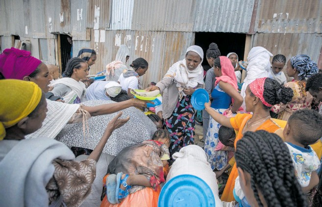 ?? Photo / AP ?? Displaced Tigrayans queue to receive donated food in Mekele, northern Ethiopia.