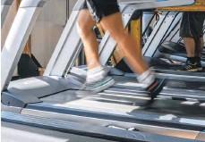 ?? FOTO: JENS KALAENE/DPA ?? Laufband in einem Fitnessstudio: Den Abschluss von Zweijahresverträgen will die Bundesregierung erschweren.