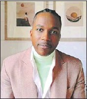 ?? E! Entertainment ?? LESLIE ODOM JR. is a trendsetter in a green turtleneck layered under his Valentino suit coat.