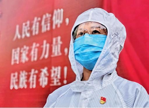 ??  ?? 湖北宜昌,一名抗击新冠肺炎疫情志愿者