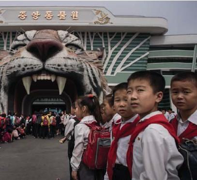 ?? © Ed Jones/afp ?? Bezoekers bij het natuurkundemuseum in Pyongyang.