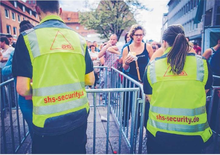"""??  ?? """"Wie bekomme ich die Besucher geordnet zum und vom Gelände?""""Sicherheitsunternehmen kontrollieren unter anderem den Einlass zu Konzerten. Foto: shs"""