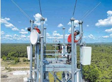 ?? FOTO: CHRISTOPH DERNBACH/DPA ?? Montage von Antennen für die fünfte Mobilfunk-Generation (5G): Die Mobilfunkinfrastrukturgesellschaft, die dem Verkehrsministerium von Andreas Scheuer (CSU) unterstellt ist, steht in der Kritik.