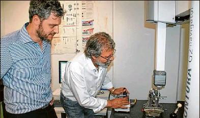 ?? Foto: Josefin Roggenbuck ?? Präziser Blick: Obwohl die Maschine das fertige Bauteil bis auf dreitausendstel Millimeter genau nachmisst, ist Kontrolle für Benjamin (links) und Peter Körber wichtig.