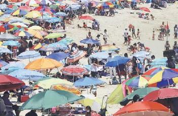 ??  ?? En las playas la normativa obliga a establecer un metro de separación entre las personas.