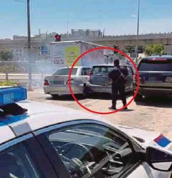 ??  ?? RAKAMAN video menunjukkan kereta Proton Waja dinaiki dua suspek cuba melarikan diri walaupun dikepung dua anggota polis.