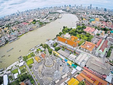 ?? KRIT PROMSAKA NA SAKOLNAKORN ?? A bird's eye view of the Chao Phraya. A plan to turn the riverside area into a promenade is under fire.