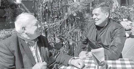 ??  ?? Михаил Любимов (слева) смог убедить сына Александра, что агентов, с которыми он работал, предателями называть нельзя.