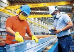 ?? CORTESÍA ?? Trabajadores en planta de Tecnoglass.