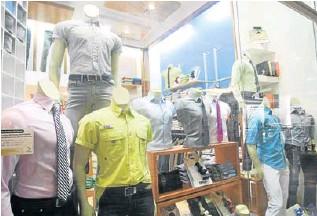 ?? HENRY DELGADO/ARCHIVO ?? Consumidores están convencidos de que los precios de la ropa aumentarán tras el incremento salarial que decretó el presidente Maduro