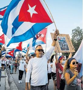 ?? Eva UZCÁTEGUI/AFP ?? Una marcha en Hialeah, en apoyo de las protestas