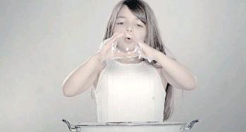 """??  ?? Una de la tres videoinstalaciones que componen """"Niña"""", de la serie """"Momentum"""", 2015."""