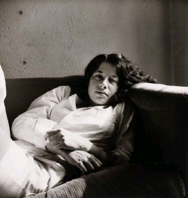 ??  ?? In 1975, wearing pajamas at home in New York. (Peter Hujar)
