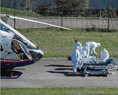 ?? Fotos: AFP, Anouk Antony ?? Seit Beginn der sanitären Krise hat die Luxembourg Air Rescue Covid-Patienten – zum Teil in einem sehr kritischen Zustand – im In- und Ausland transportiert.