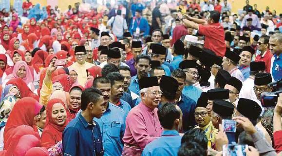"""?? Najib Razak ?? NAJIB bersalaman dengan orang ramai ketika merasmikan Mesyuarat UMNO Bahagian Parit, semalam. Oleh sebab jalan ini sepanjang sembilan kilometer (km), kita akan buat tiga km dulu. Jika menang (pilihan raya umum di Parlimen Parit) lagi cepat ia dilaksanakan"""""""