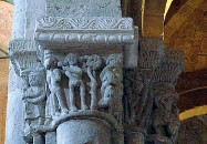??  ?? Gallery Dall'alto: la piazzetta di Sovana, la tomba Ildebranda e uno dei capitelli del Duomo di Sovana