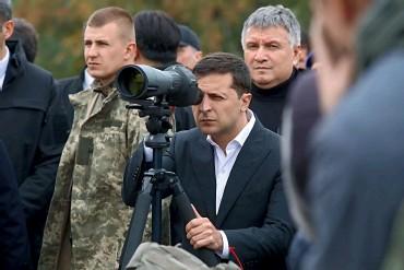 ??  ?? У Владимира Зеленского (в центре) изначально был договор с Арсеном Аваковым (справа): если президент попросит его уйти, тот сам напишет заявление