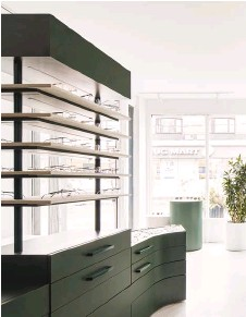 ??  ?? RIGHT: Three multifunctional units trimmed in velvet and deep green laminate by Arpa form the main display area.