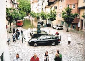 ?? FOTO: SILVIA UND ROBERT KÖHLER ?? Wer sein Auto im Mai und Juni 1999 trocken parken wollte, musste Stelle finden, die ein wenig höher liegen.
