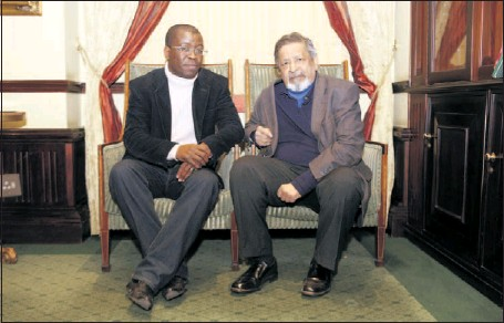 ?? Picture: SIMPHIWE NKWALI ?? TAPPING INTO PULSE OF A COUNTRY: Fred Khumalo and author V S Naipaul talk about South Africa at The Grace in Rosebank, Johannesburg