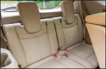 ??  ?? Les places arrières sont destinées principalement aux enfants, mais se module facilement et rapidement.