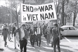 ?? FRANK C. CURTIN/ASSOCIATED PRESS ?? College students march against the war on Oct. 16, 1965, in Boston.