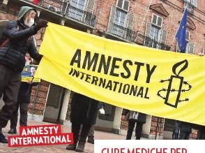 ??  ?? IN DIFESA DEI DIRITTI UMANI Una manifestazione di Amnesty International, ong che lotta in ogni angolo del mondo perché i diritti inviolabili dell'uomo siano uguali per tutti. Sotto, una dottoressa e un'infermiera dell'ospedale di Bangui, nella Repubblica Centrafricana, controllano un neonato ospite del reparto di maternità. AMNESTY INTERNATIONAL