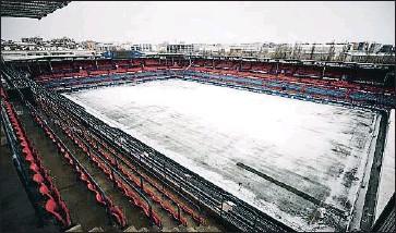 ?? JESUS DIGES / EFE ?? El árbitro suspendió el Osasuna-Nàstic la noche del viernes por una fuerte nevada