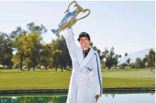 ?? USA TODAY Sports-Yonhap ?? Pernilla Lindberg poses with the championship trophy after winning off the eighth playoff in the ANA Inspiration women's golf tournament at Mission Hills Country Club.