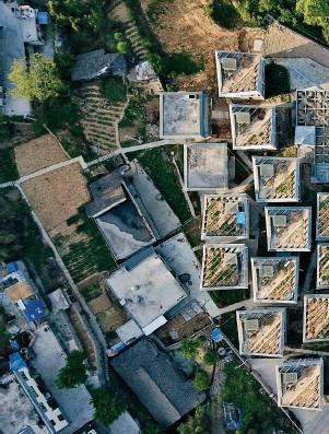 ??  ?? 01 01 由香港大学建筑学院城村架构组织的林君翰设计的四川灾后重建村落金台村。02 重建后的金台村将传统的对坡屋顶变成了现代风格的阶梯式屋顶和屋顶农场。03位于半山腰的社区活动中心。