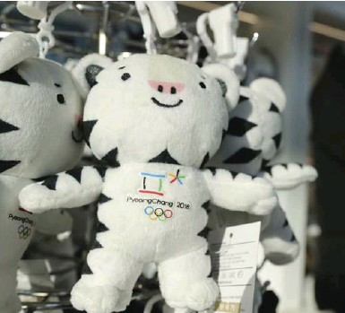 ?? LEE JIN-MAN/THE ASSOCIATED PRESS ?? Pyeongchang medallists will receive the mascot Soohorang, a white tiger, in lieu of flowers next month.