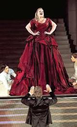 """??  ?? Der """" Jedermann""""ist fester Bestandteil der Salzburger Festspiele. Vor der einzigartigen Kulisse des Salzburger Doms wird das """" Spiel vom Sterben des reichen Mannes""""jedes Jahr aufgeführt. Stefanie Reinsperger, die Buhlschaft, trägt heuer ein Kleid in..."""