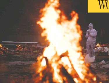 ?? ANINDITO MUKHERJEE/GETTY IMAGES ?? Family members wearing personal protective equipment perform last rites for a COVID-19 victim at a crematorium in New Delhi, India, on Sunday. More than 860 medics have died in India during the pandemic.