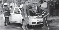 ??  ?? Los bomberos acabaron con el calor en el motor del Fiat Siena